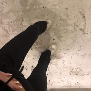 Säljer dessa superfina crocker jeans! OBS bilder lånade av tidigare säljaren. Har endast prövat jeansen de är långa på mig som är 168 w26 L35 superfina verkligen!💞💞