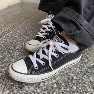 Säljer mina svarta låga Converse i nästan nyskick. Storlek 36,5 men passar även som 37. Kan fraktas då köparen står för frakt eller mötas upp i Stockholm!!🤍🤍 KÖP DIREKT FÖR 300kr!!