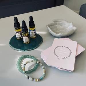 Detta är produkterna jag säljer på min plick sida för tillfället! Kortleken är en feel good kortlek, en grön agatskiva, två olika kristall armband och naturliga oljor för att hålla fokus. Pris kan diskuteras vid snabb affär! Hör av er om ni har funderingar