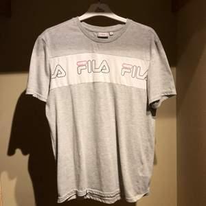 Fila grå t-shirt | Hör av er om ni har frågor eller vill ha fler bilder