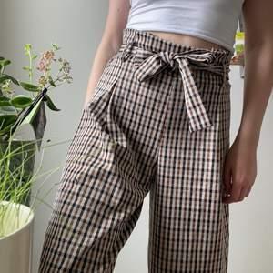 Säljer mina fina, somriga paperbag byxor!🌸 Funkar även under vår/höst! Köpare står för frakt