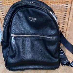 Snygg ryggsäck svart skinn från märket Guess. Snygga remmar bra innerfack får plats med en 11 tums dator se bild. Använt knappt, behöver rensa pga flytt.