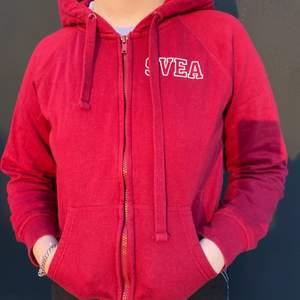 Knappt använd Svea tröja i storlek M. Den är liten i storleken så den är mer som en S. Nypris 600