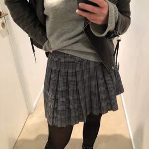 Super fin svart, grå, lila rutig kjol från Pull and bear. Säljs då den inte används. Storlek S. Köpt är köpt!