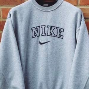 Söker vintage sweatshirts liknande den på bild. Behöver inte vara Nike. Stl M-L beroende på hur oversize den är.