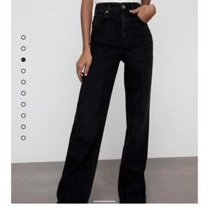 Populära jeans från ZARA! Endast använda ett fåtal gånger så är i bra skick. Har gjort de några få cm kortare i längden, se sista bilden (jag är 168 cm) skriv gärna för fler bilder eller så! ❤️