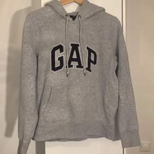 En mjuk och ljusgrå GAP hoodie i storlek M (passar mer som s eller xs).         Frakt tillkommer🖤