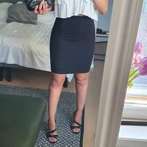 Kostym kjol med liten slits där bak, i strl 38a (liten i strl så skulle funka som 34a också) , de går även att lägga in ett smalt bälte. Köpte den när jag jobbade inom resturang och har inte kommit till användning någe mer, jag gillar längre kjolar 95% av tiden. Ny pris 349:-🖤