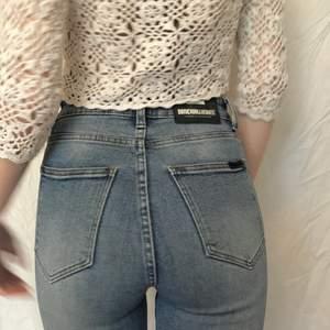 Säljer dessa skitsnygga högmidjade jeans från dr denim då inte riktigt är i min stil. Jättebra fit och fin mörkblå färg. Nypris 500kr, i nyskick förutom ett litet hål vid en ögla som lätt går att sy igen (kan skicka bild). Endast testade. Stl 25/32 men stretchiga🦋✨🌷💖