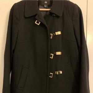 Säljer en svart kort kappa från H&M. Storlek 38. I bra skick.