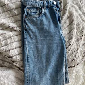 Weekday jeans i modellen Voyage i storlek 25/32. Jättesnygg blå tvätt🥰 200kr+frakt 💕💕