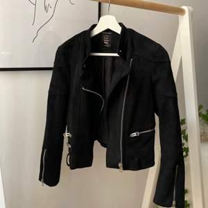 Snygg svart fusk-mockajacka som är helt oanvänd då jag köpte en för liten storlek 🤍 köparen står för frakt ✨