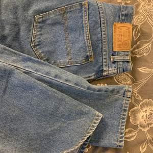 Supersnygga jeans med slits (klippt själv)✨ Kommer tyvärr inte till användning 🥺 Frakt tillkommer!
