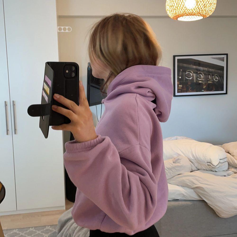 Skit cool lila hoodie💜 Från Zara, croppad. Tröjor & Koftor.