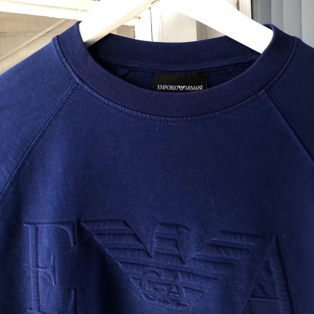 Säljer min killes Armani tröja i stl M. Nypriset ligger runt 900kr. Skriv om du har fler frågor💕. Tröjor & Koftor.
