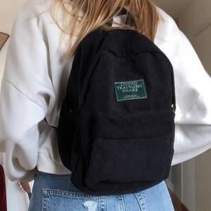 Helt ny och oanvänd! Så snygg och praktisk ryggsäck i manchester, den är lagom stor och har flera fack 🖤 Köparen står för frakt 🖤