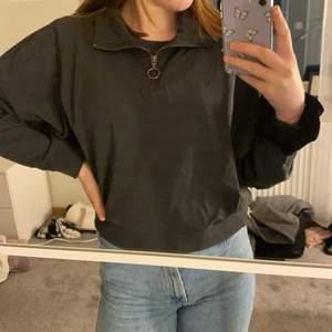 Jättefin sweatshirt med dragkedja från noisy may i storlek S, passar på mig som är 170 cm lång😇. Denna tröja säljer jag för 100 kr + frakt.