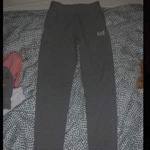 Säljer min Armani dress då den inte passar mig lika bra längre🌸 storlek XXS bilder på tröjan kommer inom kort . Bara byxorna 400 hela dressen 700