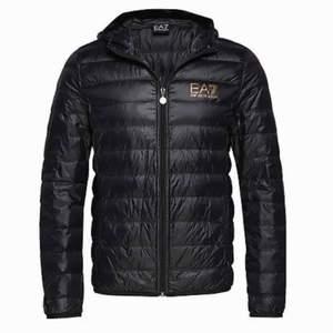 Säljer en EA7 jacka som är använd i ungefär 1-2 månader. Säljer den för 850kr , nypris 1700.                                          Dma vid intresse