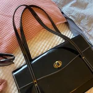 En suuuuper snygg väska som tyvärr inte kommer till användning. Är i väldigt bra skick. Köpare står för frakten! 💖💖🌸🌸🌼🌼💗💗💛💛