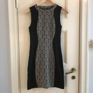 En klänning från H&M. Skick: 9/10 (använd någon enstaka gång). Storlek 36. Levereras nytvättad. Finns att hämta i Skanstull, Södermalm, Stockholm. Önskar du få den postad står du för frakten, (62kr). Postar samma dag betalning gjorts. Video när jag postar går absolut att ordna! Mvh Maria