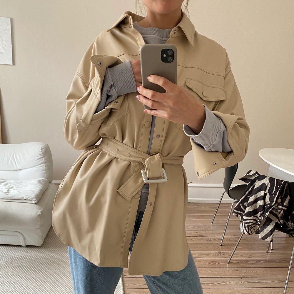 Helt oanvänd overshirt från Zara i veganskt läder!! Köpt i en stor storlek för att vara oversized. Är i vanliga fall en 34-36. Frakt är inte inkluderat i priset. Köpt för 699. . Jackor.