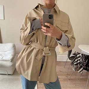 Helt oanvänd overshirt från Zara i veganskt läder!! Köpt i en stor storlek för att vara oversized. Är i vanliga fall en 34-36. Frakt är inte inkluderat i priset. Köpt för 699.