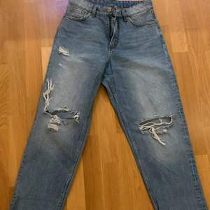 Ett par snygga byxor från monkl som jag nu säljer på grund av ingen användning! Dem är korta i modellen och sitter lite overzize🥰