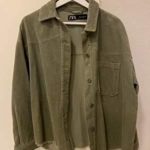 En mörkgrön overshirt i manchester. Köpt i somras på zara men aldrig använd, därför i nyskick. Storlek M.