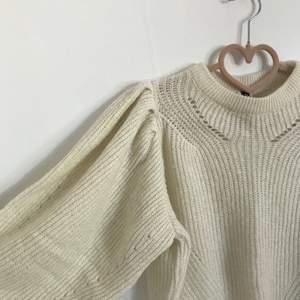 En äggvit stickad tröja från visual clothing project köpt på MQ med puffiga armar som går lite längre än halvvägs. Fint skick och säljer då den börjar bli för liten för mig😊 om flera är intresserade blir det budgivning, kontakta gärna mig för frågor eller fler bilder💗 frakt på 62 kr tillkommer, men kan annars mötas upp i Täby.