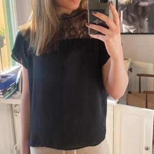 Säljer denna fina svarta blus med fina detaljer