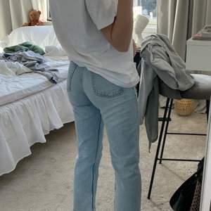 Säljer dessa assnygga blåa jeansen från Zara. Dom är inköpta förra året men är fortfarande i super bra skick! Hör gärna av dig om du önskar fler bilder💕💕