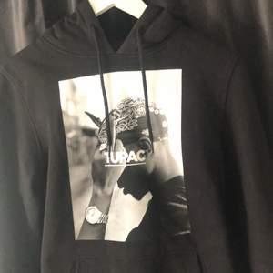 Säljer min 2pac hoodie från junkyard i storlek S. Den är använd ca 5 gånger och trycket är väldigt fint bevarat. Den kostade 600kr i nypris och jag säljer för 150kr+ frakt. Kan annars mötas i stockholm.