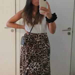 Jättefin omlottkjol med leopardmönster. Köpt på raglady. Säljer den pga att den blivit för liten☺️