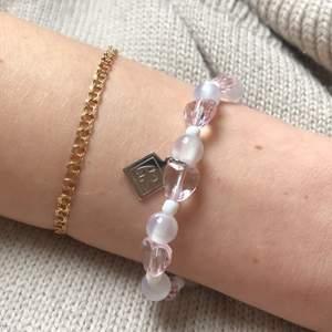 Armband med olika pärlor. Kan dras åt så det passar alla.