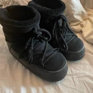 Säljer dessa väldigt snygga skor får inuikii, är i användt skick men fortfarande vädligt snygga. Har lite defekter som att skosnöret har gått upp lite men det är ingen jag anser vara något problem! Hör av er för fler bilder.        Köpte dom från mytheresa för ca 3200 - frakt betalas av köparen💜💕💕💕 kartongen medföljer