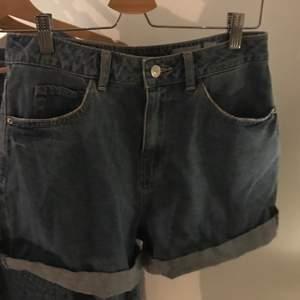 Blåa jeansshorts från vero Moda. Ärligt använda typ 1 gånger pga gillar it jeansshorts. Så dom är som nyskick