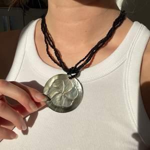 Halsband med många möjligheter, kan ta av berlocken eller vända på den. Frakt kostar 12kr