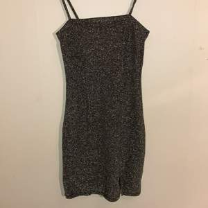 Glittrig klänning från h&m, använd 1 gång. Storlek xs men funkar på s också.