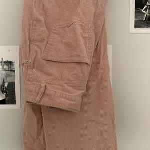 Rosa manchesterbyxor. Färgen gör sig inte rättvis, mycket finare irl. Blivit för korta för mig som är 178/179 med långa ben. Knappt använda. 200kr +frakt och kan skicka postbevis!😇