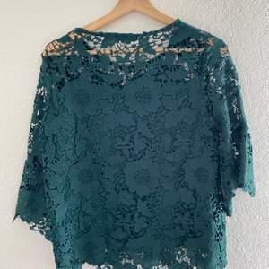 En jättefin blus med spets. Blus armarna är 3/4, blusen är fodrade från bröstet.