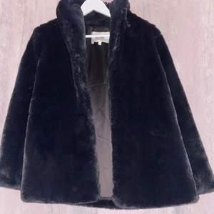 I bra skick, jackan är i en stor S & passar även i stl M-L.