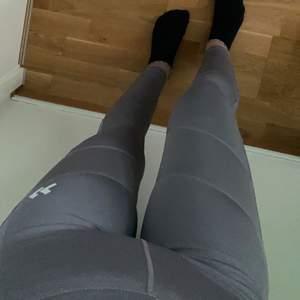 Ett par träningsbyxor i färgen grå/lila, storlek XS men passar även XXS/S