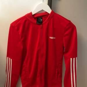 Säljer min röda adidas hoodie i stl S! Använd ett fåtal gånger, väldigt bra skick! 150kr men pris kan självklart diskuteras!