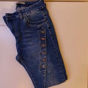 Blåa tighta jeans med detaljer längst med låren. Använda fåtal gånger, bra skick. Bara att skriva vid intresse, frågor eller önskan om fler bilder. Endast post och Swish