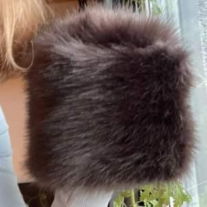Sytt denna bruna fejk päls mössa. Passar som störst 58 cm omkrets runt huvudet💞 skriv för fler bilder
