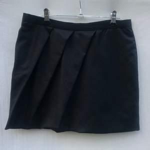 DAGMAR svart minikjol Storlek 36. Finaste skick, sparsamt använd och inget att anmärka på. Material: 100% virgin ull Ficka och zip på ryggen Längd: 39cm  * RÖKFRI OCH DJURFRI HEM*