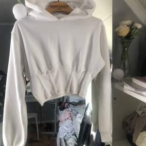 Fin tröja från missguided. Blivit smink runt innersidan på kragen går säkert bort i  tvätten! Storlek S. Lite smått nopprig