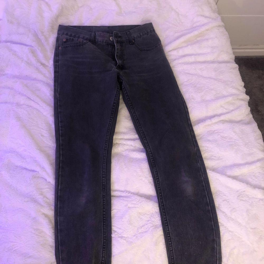 Svarta cheap monday jeans. Lågmidjade. Passar inte mig bra och är för små därför jag säljer! Köptes second hand. Kan mötas i Kalmar😊. Jeans & Byxor.