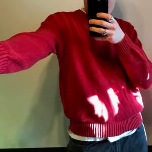 Röd sweater i superfin fit! Frakt tillkommer på 63kr